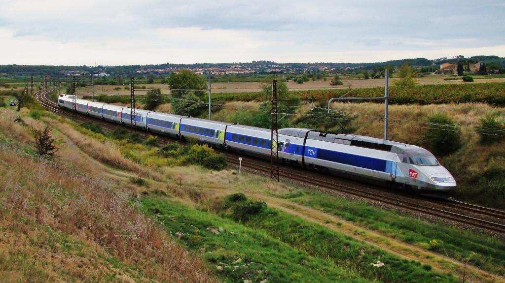 Un TGV Réseau passa ràpidament per Périès fent un servei entre Brussel·les i Perpinyà.