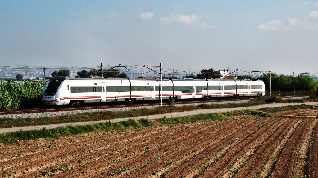 Intercity de Barcelona a València entre el Prat i Viladecans.