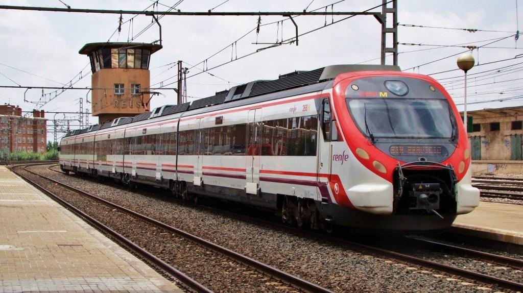 Un civia a l'estació de Reus. Només de pas. 10/07/2012. Autor: Adrià Pàmies.