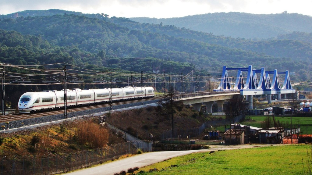 Tren de la sèrie 103 fent un servei AVE de Madrid a Figueres-Vilafant. Llinars del Vallès. 18/02/2013. Autor: Adrià Pàmies.