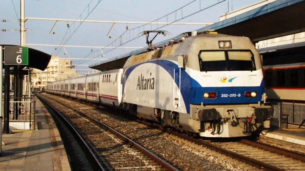 La 252.070 al capdavant del Trenhotel Alhambra. Tarragona.