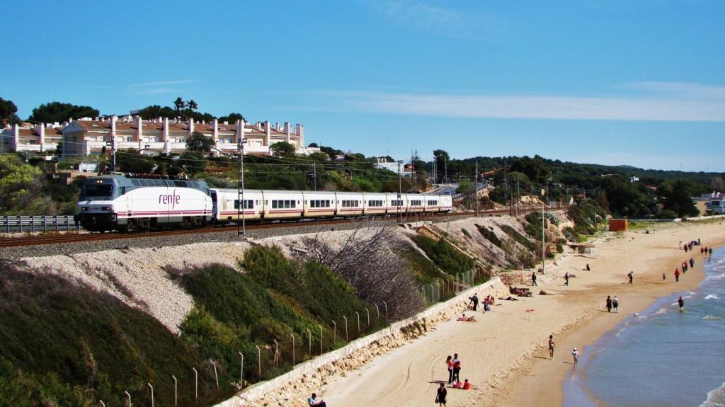 """El Talgo """"Mare Nostrum"""" passa pel costat de la platja Llarga. Tarragona. 31/03/2013. Autor: Adrià Pàmies."""