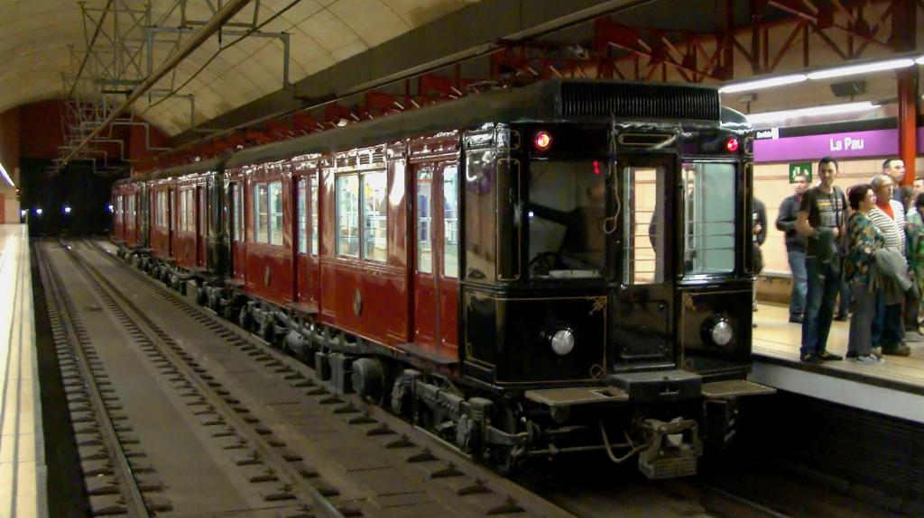 Metro històric de la sèrie 300 a l'estació de la Pau. 03/2011. Autor: Adrià Pàmies.