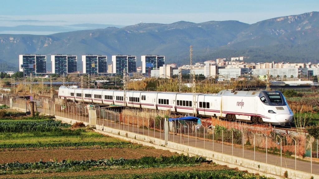 130 fent un servei Euromed. Entre Viladecans i el Prat de Llobregat. 14/02/2014. Autor: Adrià Pàmies