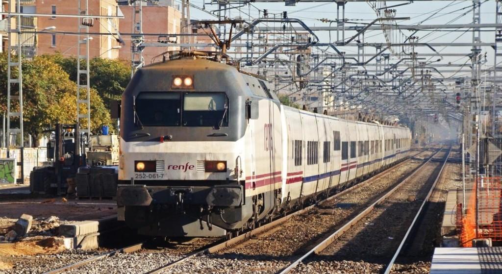 Una 252 remolca dos rames de talgo VII fent un servei Euromed de Barcelona a Alacant. Castelldefels. 22/12/2008. Autor: Adrià Pàmies