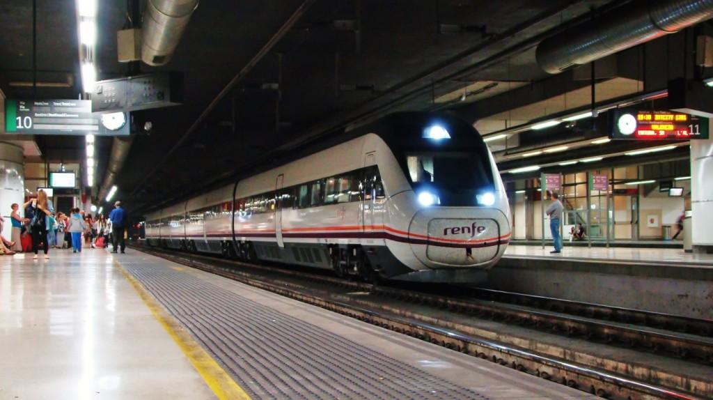 El 121.016 és a punt de sortir de Barcelona-Sants fent un servei Intercity cap a València-Nord. 06/06/2014. Autor: Adrià Pàmies.