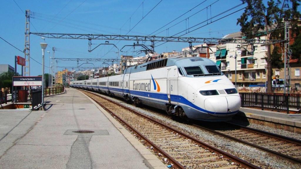 Foto 1: Tren de la sèrie 101 fent un servei Euromed d'Alacant a Barcelona. Autor: Adrià Pàmies.ç, 06/2009.