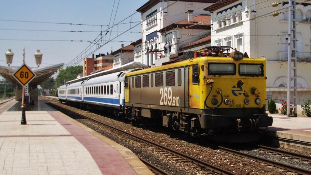 Foto 2. una locomotora de la sèrie 269 remolca una composició de 9.000's fent un servei Diurno. Ubicació: Vitòria (Gasteiz) Autor: A. Pàmies, 07/2005
