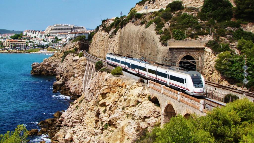 Foto 1. Un 449 passa pel costat del mar als voltants de Sigtes fent un Regional Exprés de Cambrils a Barcelona-E. de França.