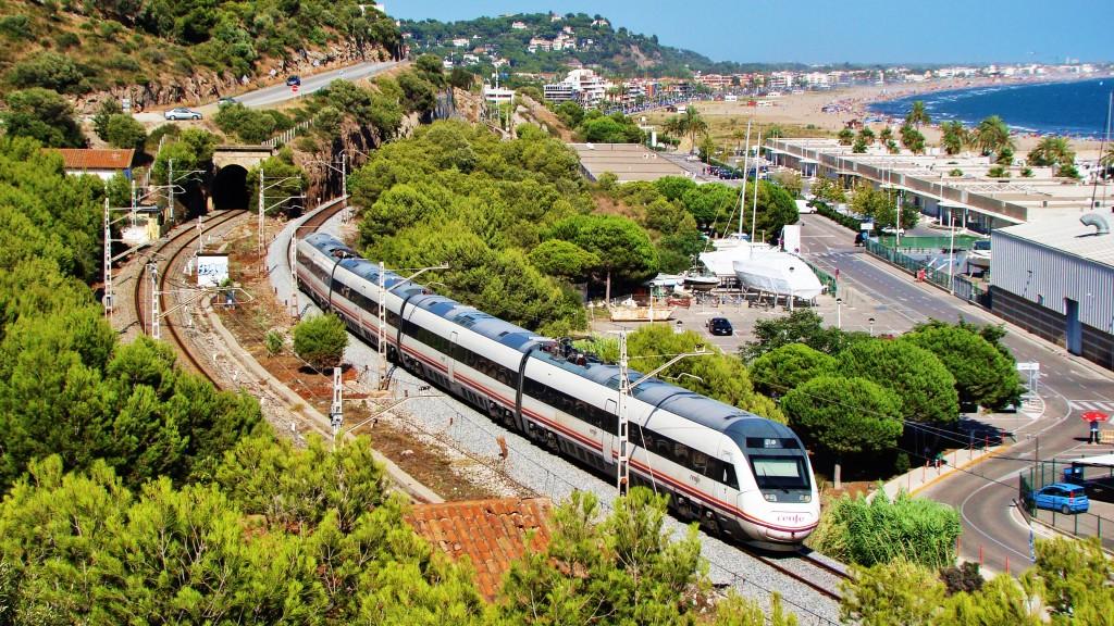 Foto. Un 121 passa per Port Ginesta fent un servei Intercity de València-Nord a Barcelona-Sants. Autor: Adrià Pàmies 08/2014.