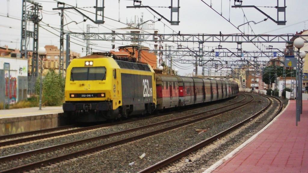 Foto 4. Una locomotora de la sèrie 252 remolcant una coposició de 3 rames de Talgo III normal. Torredembarra. Autor: Adrià Pàmies, 12/2005.