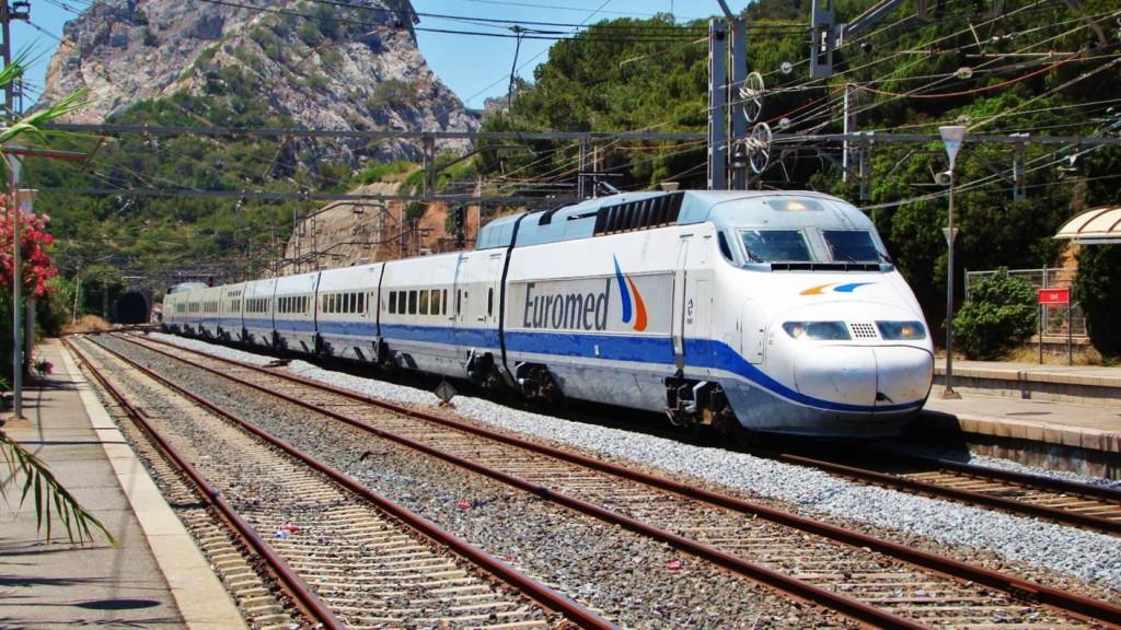 Tren de la sèrie 101 fent un servei Euromed d'Alacant a Barcelona. Estació de Garraf. Autor: Adrià Pàmies, 06/2009.