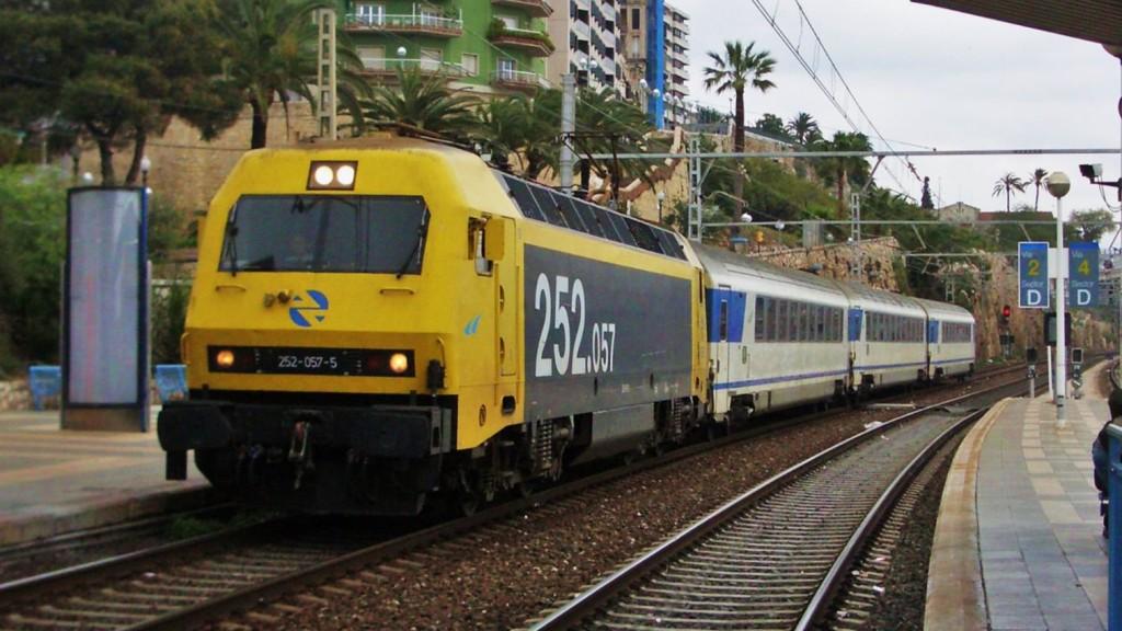 Una 252 remolca, a Tarragona, un servei Arco de Barcelona -a Alacant. Autor: Adrià Pàmies, 04/2007.