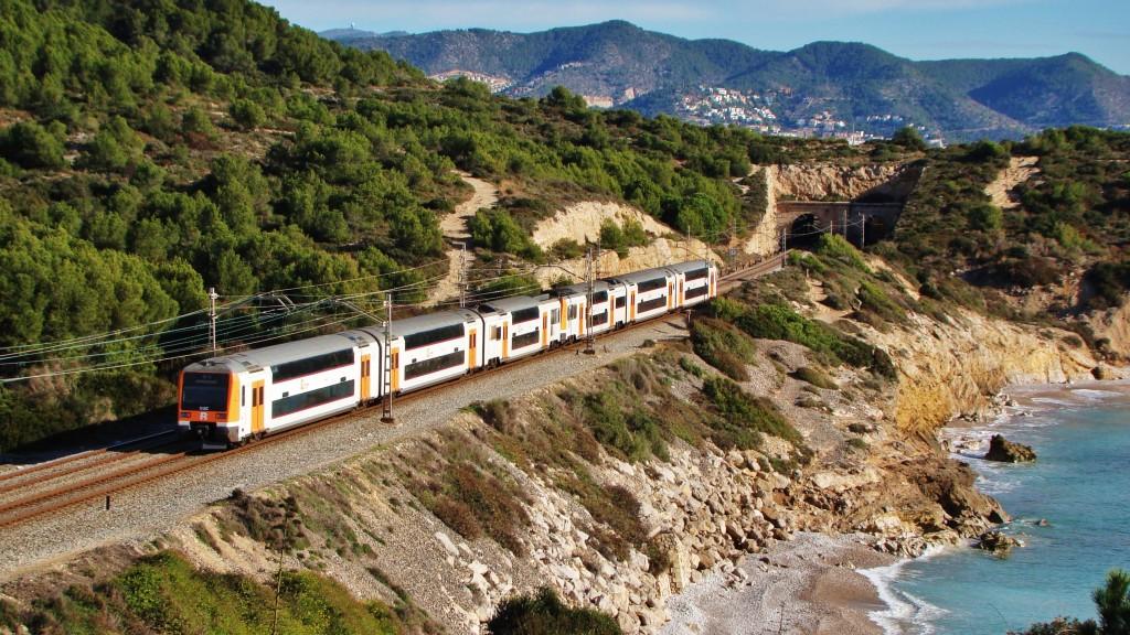 Foto 5. Doble composició de 451s fent un servei Rodalies entre Vilanova i la Geltrú i Barcelona-E. de França. Autor: Adrià Pàmies, 12/2014.
