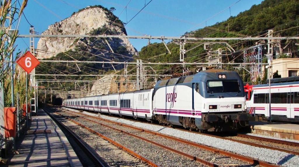 """Foto. Trenhotel """"Alhambra"""" de Granda a Barcelona-Sants passant per l'estació de Garraf. Autor: Adrià Pàmies, 03/2009."""