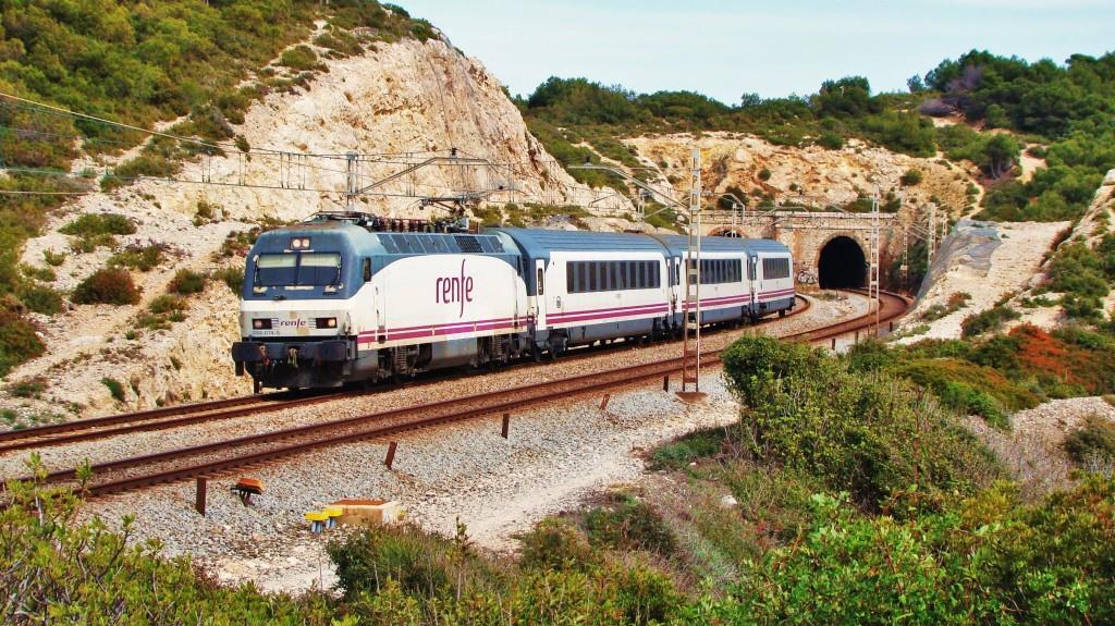 Foto 4. Una 252 remolcant una composició Arco fent un servei Intercity de Barcelona-Sants a València-Nord.