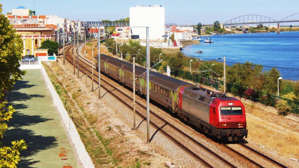 Foto 1. La 5620 remolca un Intercidades de Porto a Lisboa format per quatre cotxes tipus Corail. Vila Franca de Xira. Autor: Adrià Pàmies 09/2015.