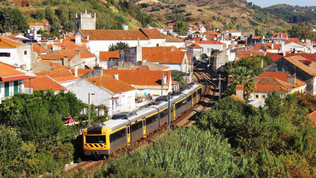 Foto . La unitat 2288 travessa Ribeira de Santarém fent un Regional de Lisboa a Tomar. Autor: Adrià Pàmies 09/2015.