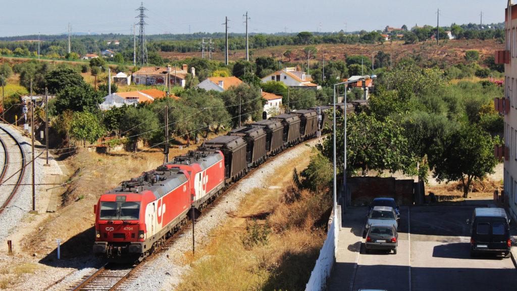 Foto. Les 4704 i 4703 entren per la Linha do Leste a Entroncamento amb un carboner buit Autor: Adrià Pàmies 09/2015.