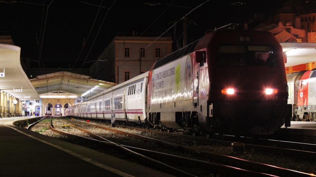 Foto . La 5615 espera l'hora de sortida cap a Hendaia i Madrid amb el Sud Expresso/Lusitânia. Lisboa-Sta. Apólonia. Autor: Adrià Pàmies 09/2015.