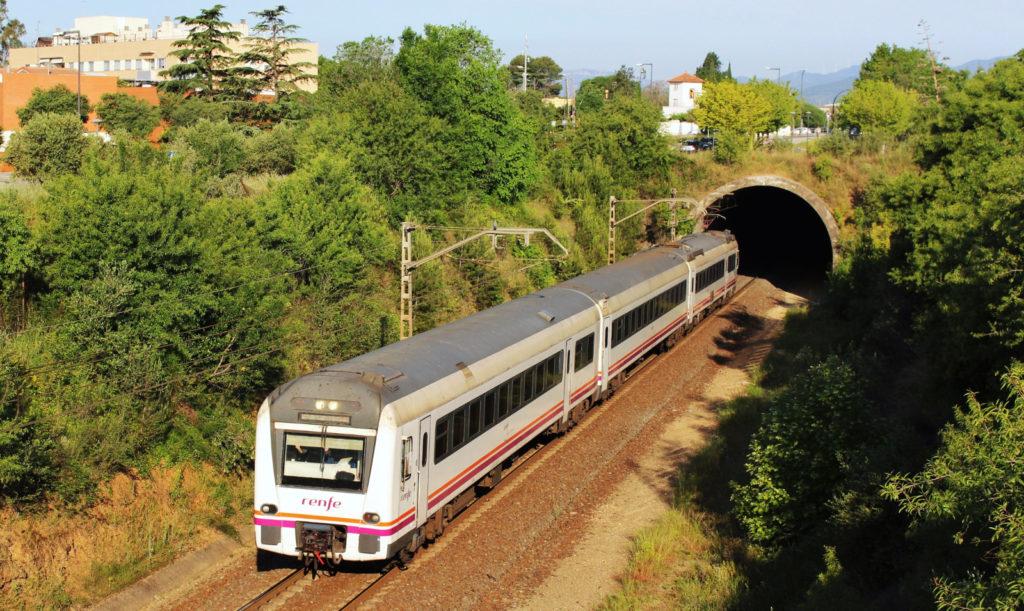 Foto 5. Un regional de Tarragona a Picamoixons surt del túnel de la Raqueta. Autor: Adrià Pàmies 05/2016.