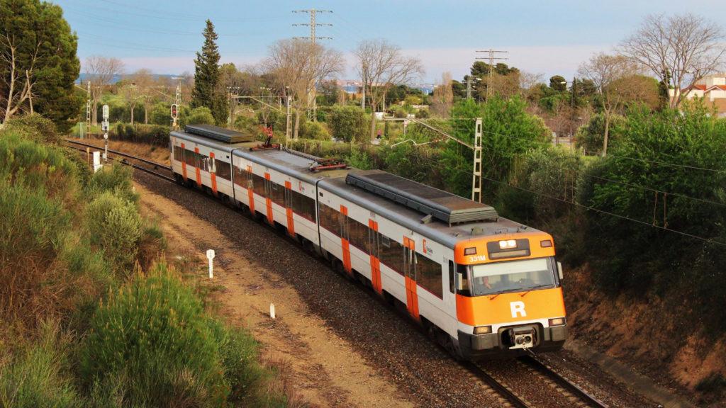 Un regional de Picamoixons a Tarragona, curiosament, està a només 900 metres de l'estació de Reus, però encara haurà de recórrer poc més de 2 quilòmetres per la raqueta abans d'arribar-hi. Autor: Adrià Pàmies 05/2015.