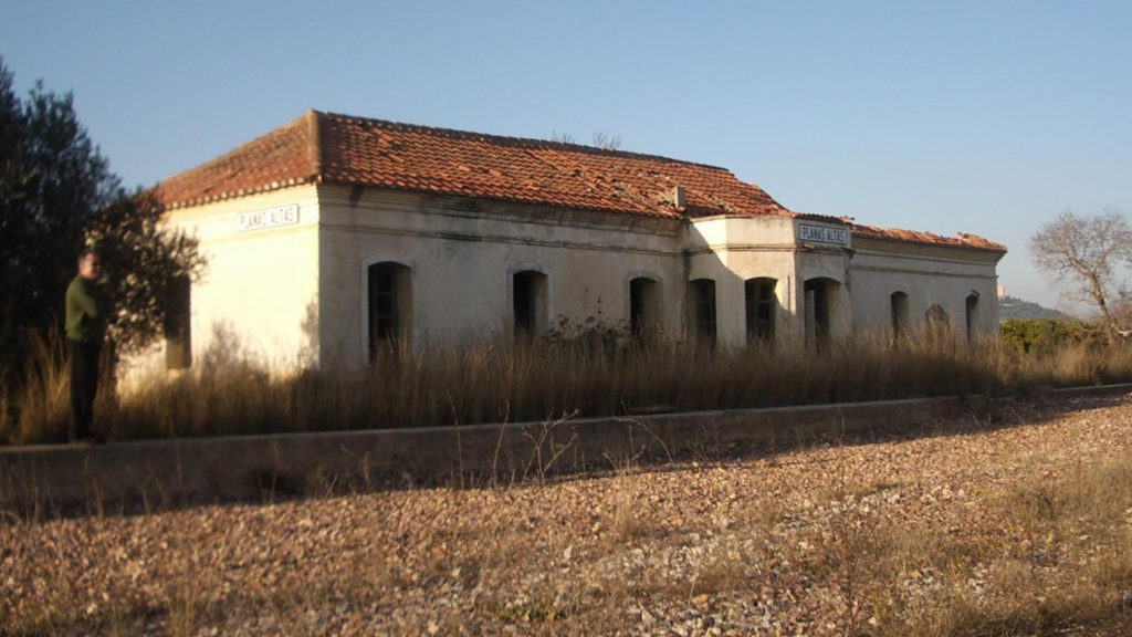 Foto 5. Aspecte que presentava l'edifici de la dependència de Planes Altes fa 10 anys. Autor: Adrià Pàmies. 03/2006.