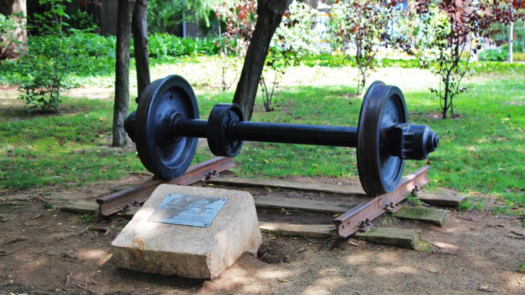 Foto 1. Monument ubicat al parc de Sant Jordi que indica que allí s'hi havia erigit l'antiga estació de la Companyia del Nord. Autor: Adrià Pàmies, 08/2016.