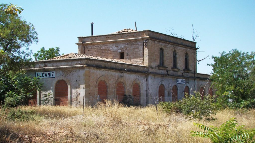 L'edifici de viatgers vist des del que havia estat la platja de vies. 08/2010.